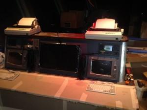 Radiokonsollen er full av JRC-utstyr. 2 stk JUE-87 Inmarsat-C, 1 stk JHS-770S VHF, 1 stk NTD-2150 MF/HF og 1 stk NCR-333 Navtex. Printerne på toppen er type NKG-800.