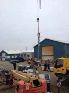 Bunnutstyret til SH-90 sonaren ble heist ombord i dag.
